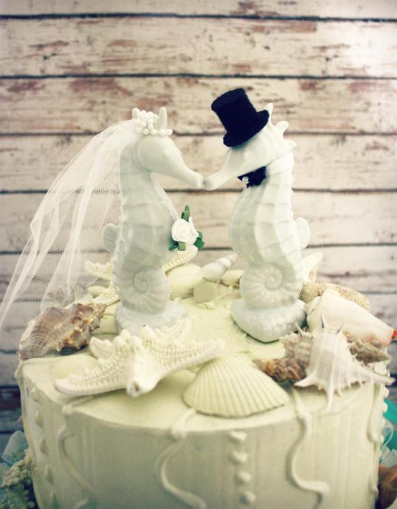 Bolo temático para casamento na praia. (Foto: Reprodução/ Onewed)