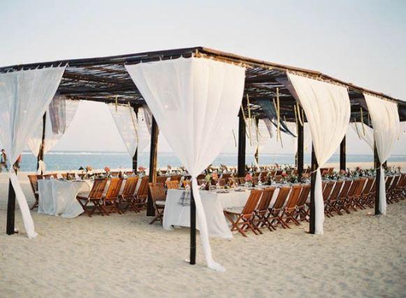Ambiente coberto para casamento na praia. (Foto: Reprodução/ fabmood)