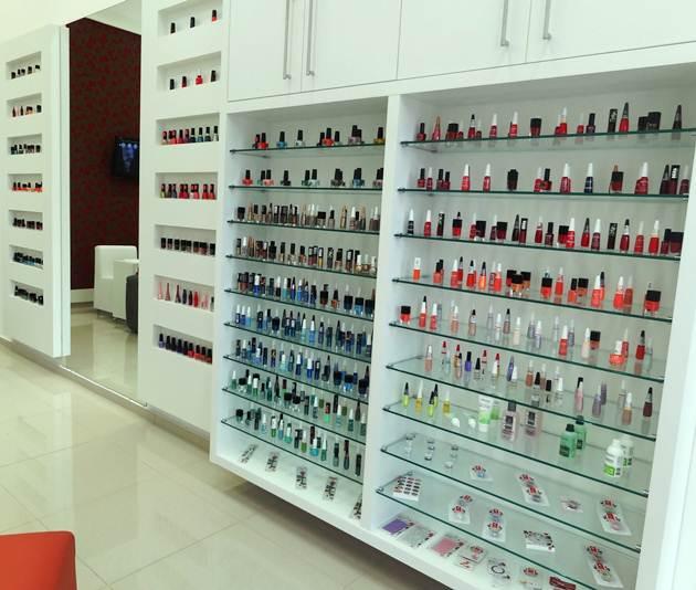 Esmaltarias oferecem diversos tons e marcas de esmaltes (Foto: Divulgação)