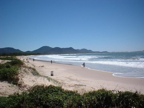 Tem também praias incríveis e mais sossegadas (Foto: Divulgação)
