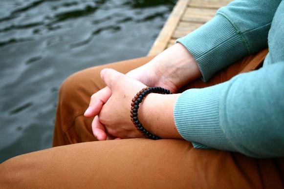 As pulseiras de madeira também estão com tudo. (Foto Ilustrativa)