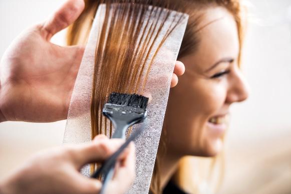 Cuidado para não sobrecarregar o cabelo com química. (Foto Ilustrativa)