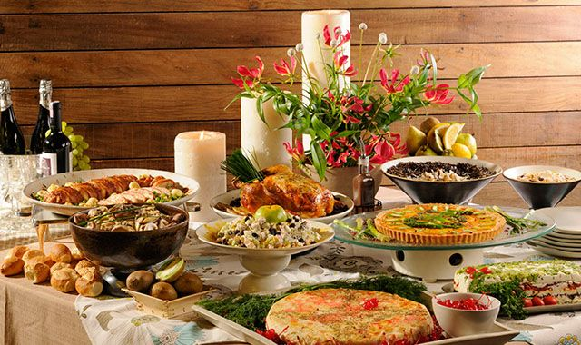 Mesa com comidas