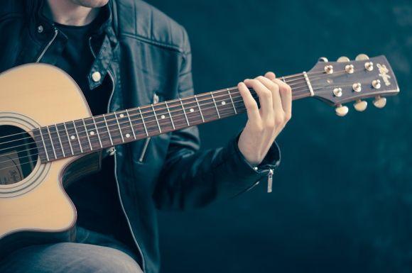 Você também pode aprender a tocar violão com cursos online grátis (Foto Ilustrativa)