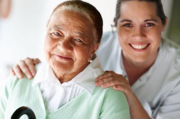 Também há oportunidades para cuidador de idosos (Foto Ilustrativa)