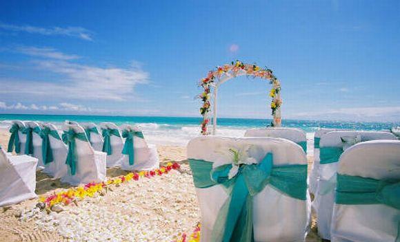 O uso de arco de flores remete aos casamentos havaianos (Foto Ilustrativa)