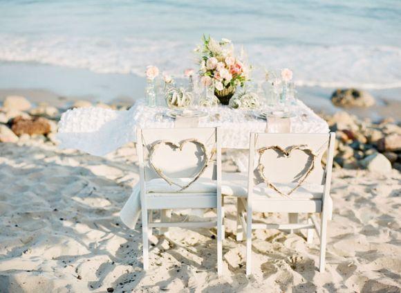 Caso a festa seja realizada à beira do mar também, não se esqueça da decoração das mesas e cadeiras (Foto Ilustrativa)