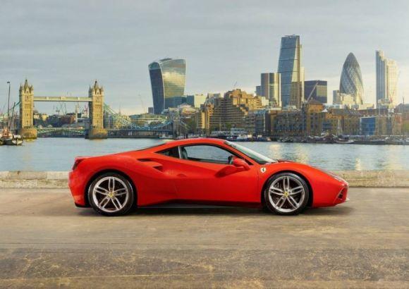 Vários controles eletrônicos ajudam a garantir a estabilidade do carro em altas velocidades (Foto: Reprodução Ferrari)