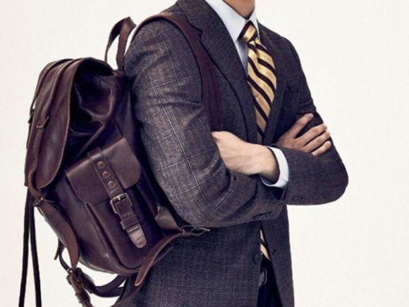 Looks com mochilas e ternos sem perder o estilo (Foto Ilustrativa)