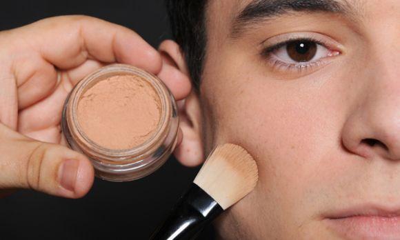 A maquiagem ajuda a esconder pequenas imperfeições no rosto (Foto Ilustrativa)