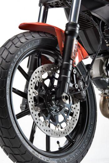 Na dianteira, o disco de freio é de 320 mm (Foto: Reprodução Ducati)