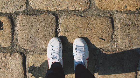 O tênis branco também estará na moda no próximo ano (Foto Ilustrativa)