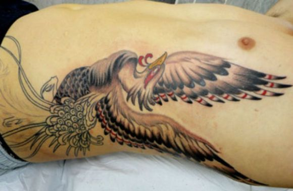 A tatuagem masculina na costela está entre as principais apostas (Foto Ilustrativa)