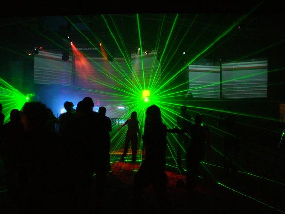 Se for uma grande festa, lembre-se do DJ para animar o local (Foto: Divulgação)