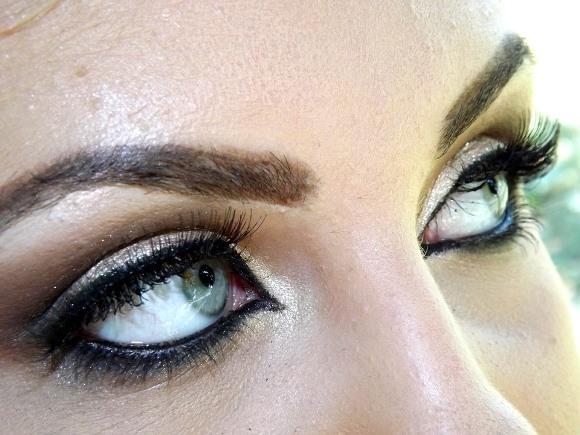 Além dos olhos, observe outros componentes da maquiagem. (Foto Ilustrativa)