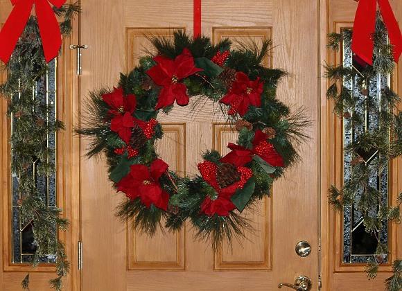 Decore a porta com uma guirlanda. (Foto Ilustrativa)