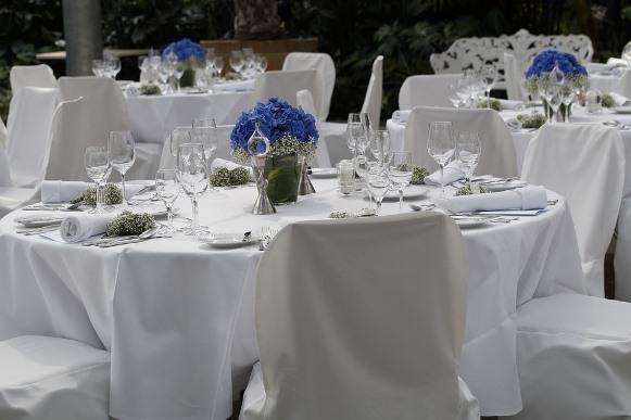 Arranjos de flores decoram as mesas dos convidados. (Foto Ilustrativa)