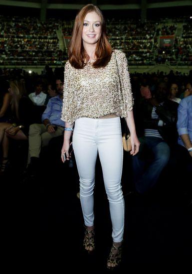 Calça branca com uma blusa de brilho também pode dar um toque especial para o seu Ano Novo (Foto: MdeMulher)