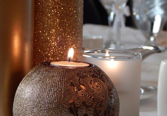 Na decoração, abuse das velas e do dourado. (Foto Ilustrativa)