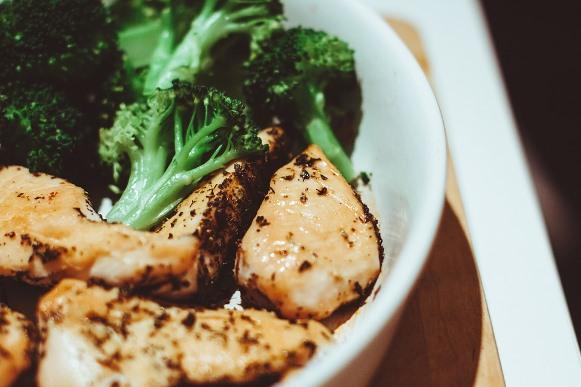 O homem precisa comer mais proteína. (Foto Ilustrativa)