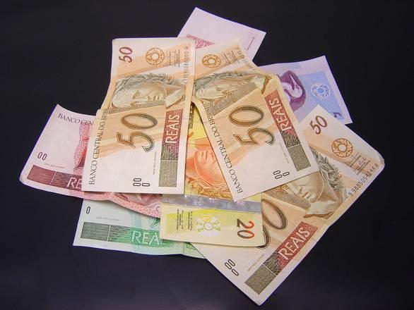 Dinheiro pode ajudar a controlar os gastos (Foto: FreePik)
