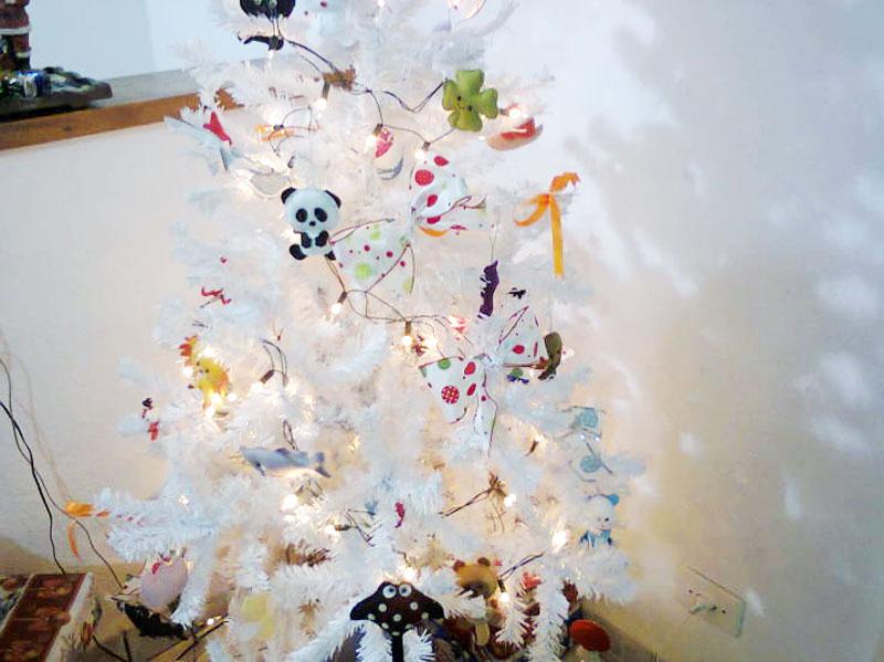 Árvore de Natal branca decoradinha com luzes (Foto: Casa Abril)