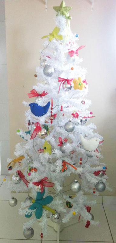 Use papel para decorar a sua árvore de Natal (Foto: Divulgação)