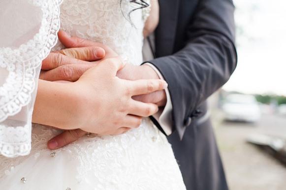 A noiva clássica deve optar por um esmalte clarinho. (Foto Ilustrativa)