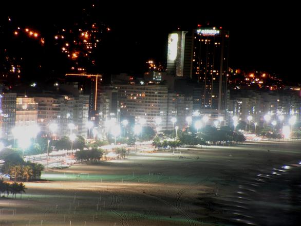 De noite, a orla fica cheia de turistas (Foto: Divulgação)
