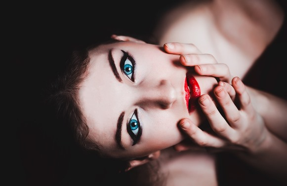 Deixe a boca vermelha em destaque na maquiagem. (Foto Ilustrativa)
