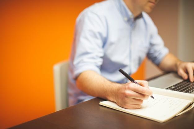 Um especialista pode captar suas informações e preencher o formulário online com mais clareza. (Foto: FreePik)