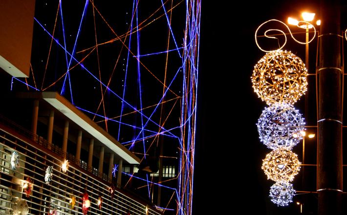 Enfeites de natal e ano novo já estão na avenida (Foto: FreePik)