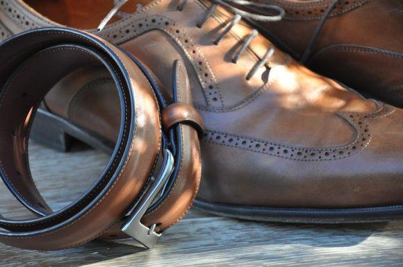 Para os homens elegantes, o cinto de couro é um bom presente (Foto Ilustrativa)
