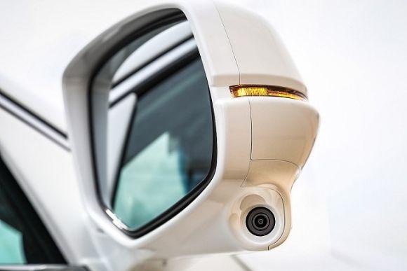 A câmera no retrovisor direito monitora pontos-cegos (Foto: Divulgação Honda)