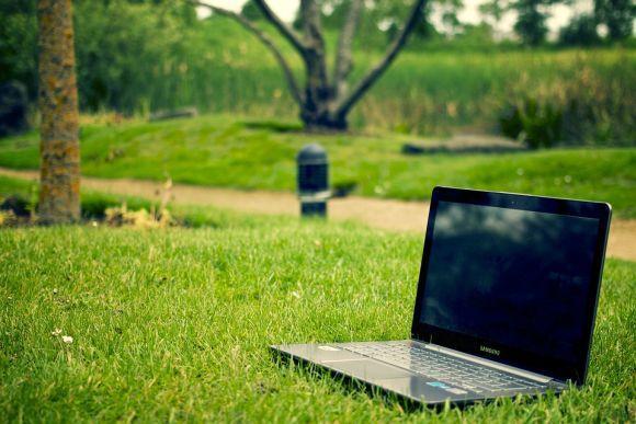 Estude de qualquer lugar, usando um computador conectado à internet (Foto Ilustrativa)