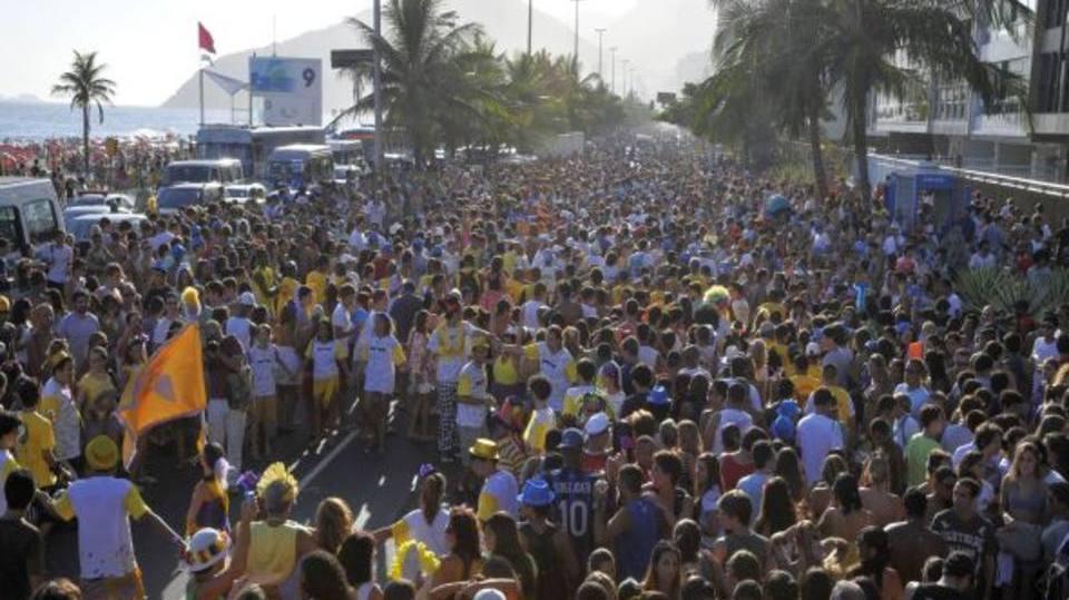 Folia atrás centenas para os blocos de rua (Foto: Exame/Abril)