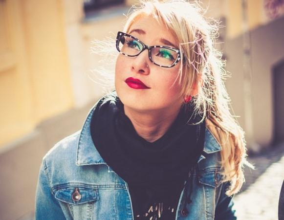Escolha um modelo de óculos com armação neutra. (Foto Ilustrativa)