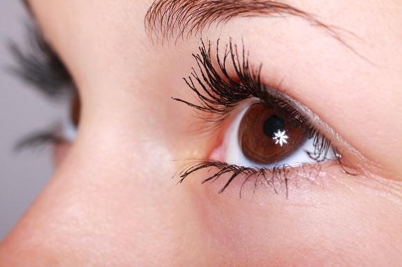Escolha um lápis de olho da cor adequada para preencher as falhas. (Foto Ilustrativa)