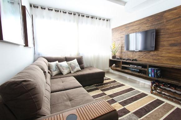 Cortina clara e neutra na sala de estar. (Foto Ilustrativa)