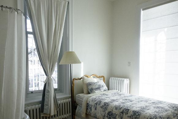 Cortina leve e clara decora o quarto. (Foto Ilustrativa)