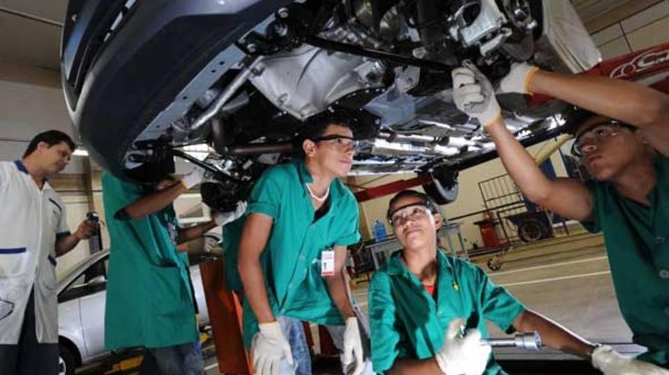 Muitos jovens terminam o estudo empregados (Foto: Exame/Abril)