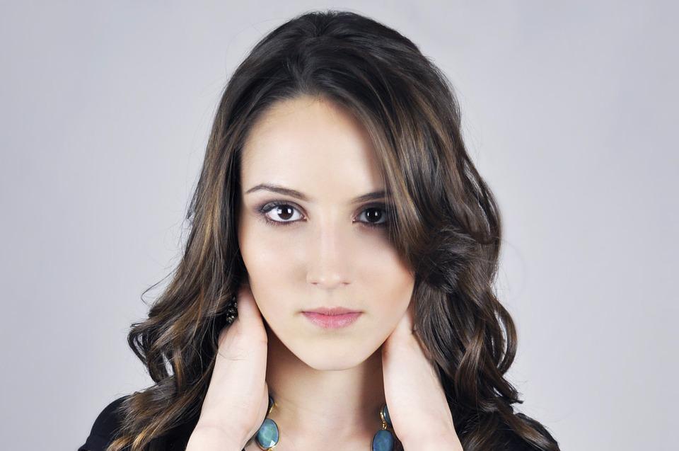 Tirar a maquiagem corretamente é fundamental para não danificar a pele. (Foto Ilustrativa)