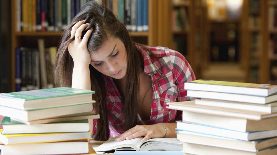 É preciso conciliar estudo e trabalho (Foto: Exame/Abril)
