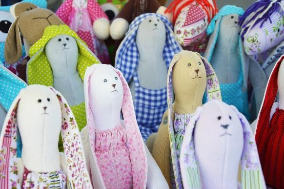 Os coelhos artesanais contribuem com a decoração de páscoa. (Foto Ilustrativa)