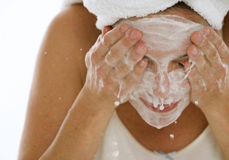 Não esqueça de sempre que possível limpar o rosto e usar protetor solar (Foto: M de Mulher/Abril)