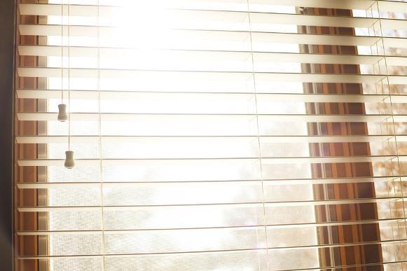 Na hora de limpar a persiana, cuidado para não quebrar as lâminas. (Foto: Ilustrativa)