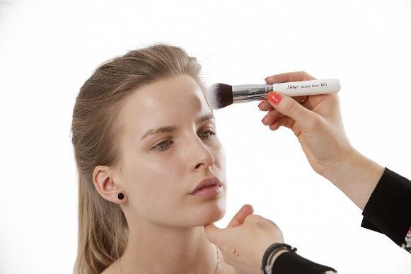 Use uma base levinha para preparar a pele. (Foto Ilustrativa)