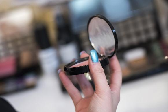 Use o blush com moderação para não sobrecarregar o make. (Foto Ilustrativa)