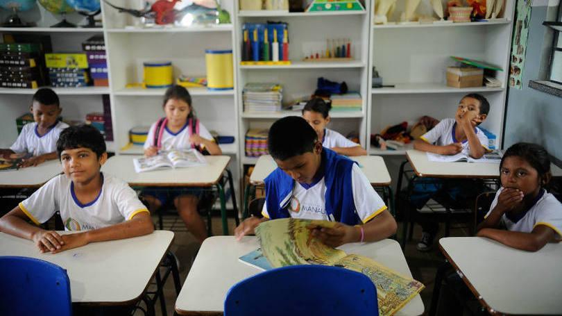 Pais precisam analisar vários pontos antes de escolher uma nova escola para os filhos (Foto: Exame/Abril)