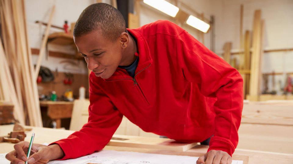 Confira os sites das escolas e veja qual tem o seu curso de preferência disponível (Foto: Exame/Abril)